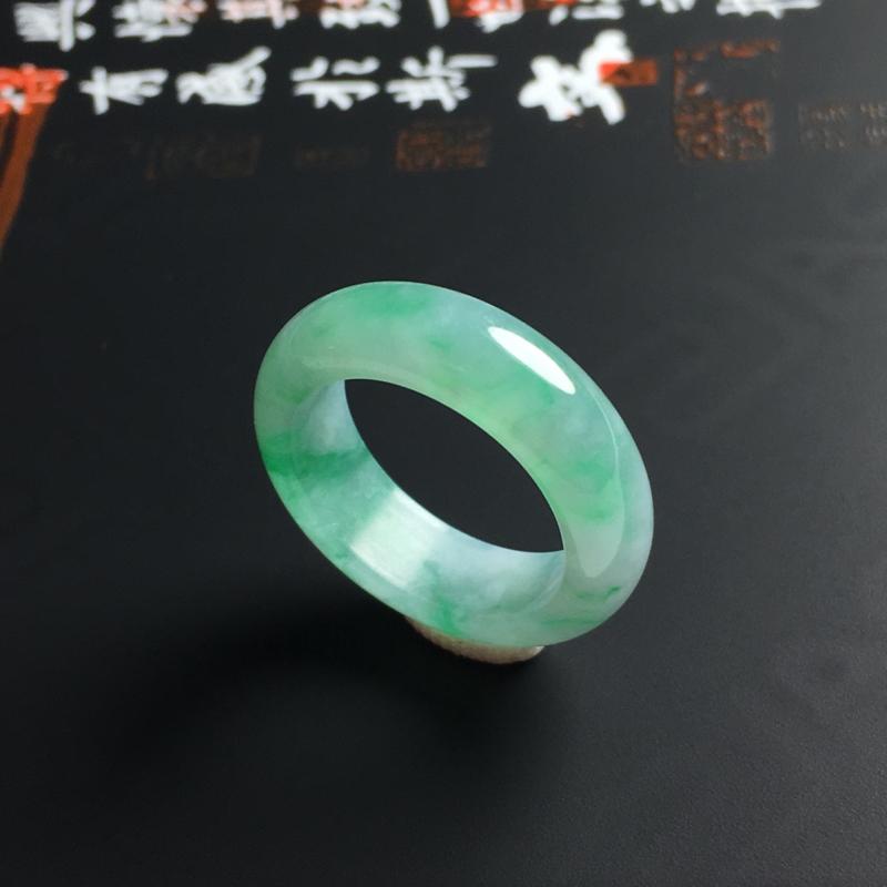 糯种带色指环 内径15.8 宽5.5 厚3毫米 玉质水润 色彩亮丽