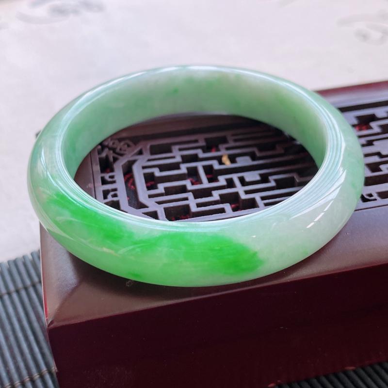 天然翡翠a货种水好飘绿正圈翡翠手镯,圈口:56.3/12.5/8.7mm。