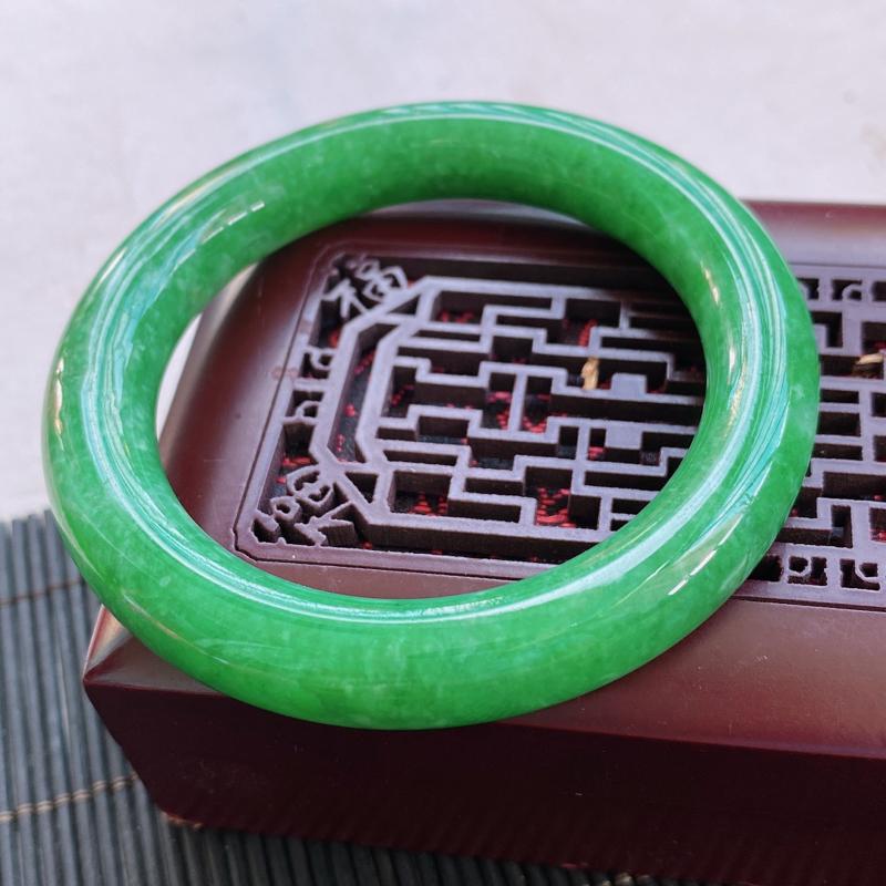 天然a货种水好满绿圆条翡翠手镯,圈口:54.5/10.5/10.5mm。