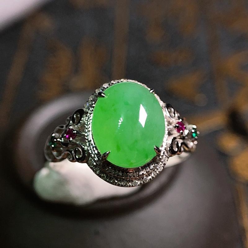 冰润满绿翡翠蛋面女戒,种细水润,通透清爽,色泽鲜艳,翠绿浓郁,款式精致