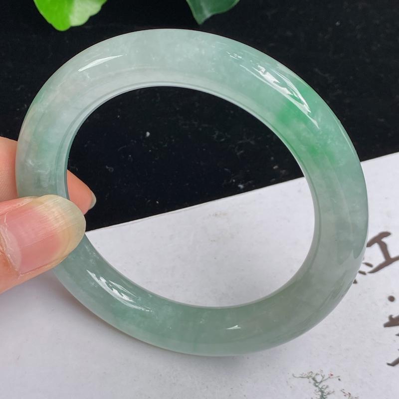 缅甸a货翡翠,水润飘绿正圈手镯58mm 玉质细腻,水润飘绿,条形大方得体,圆润饱满,有种有色,佩戴效