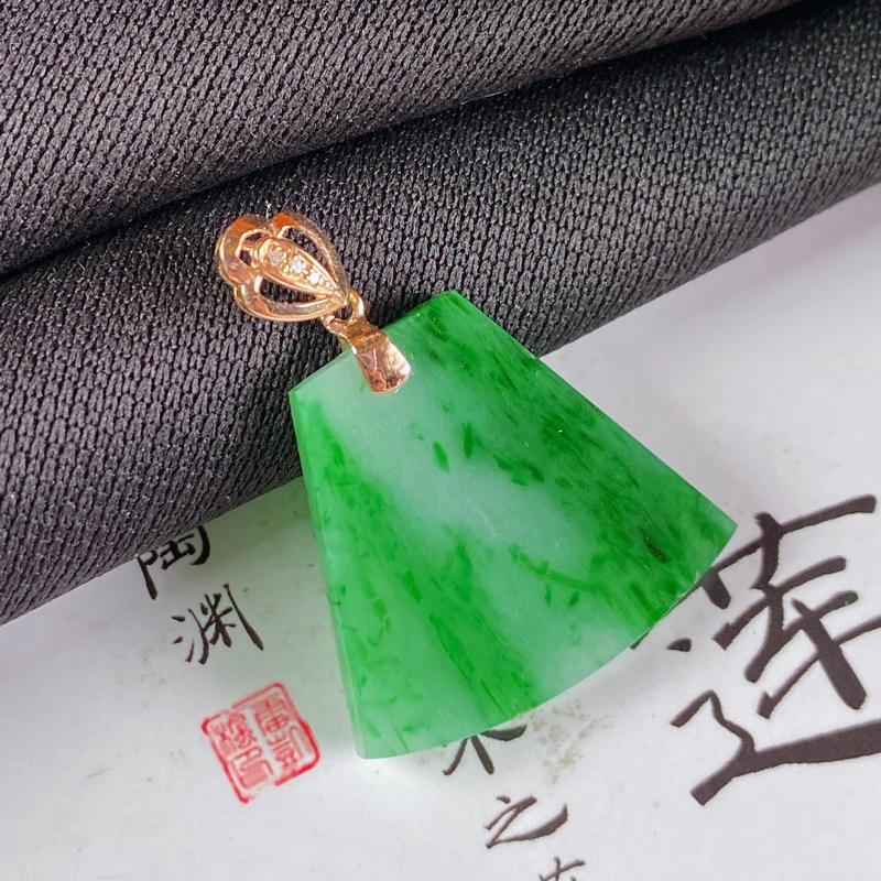 缅甸a货翡翠,18k金伴钻飘绿无事牌挂件,玉质细腻,颜色艳丽,有种有色,佩戴效果更佳