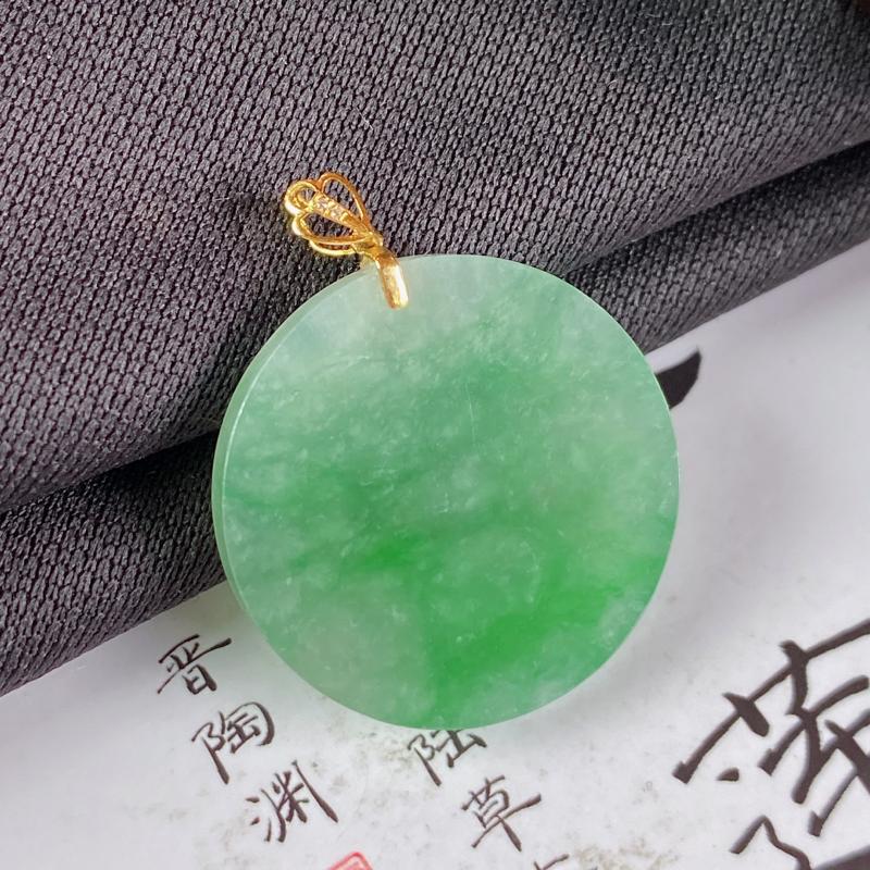 缅甸a货翡翠,18k金伴钻满绿无事牌挂件,玉质细腻,颜色艳丽,圆润饱满,有种有色,佩戴效果更佳