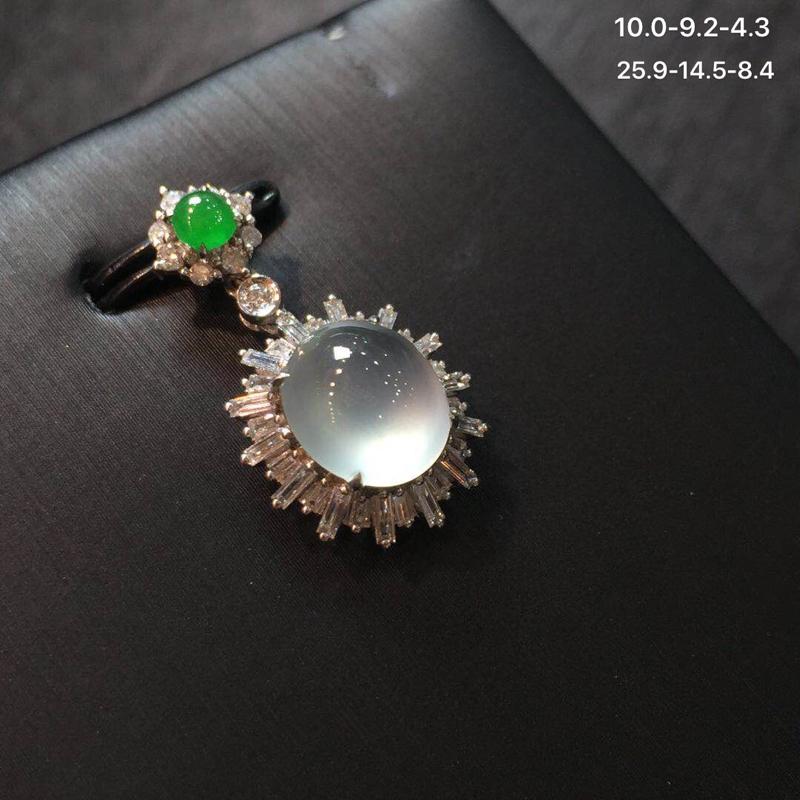 18k金南非钻石满绿翡翠小蛋面镶好高冰玻璃种翡翠吊坠,设计款式新颖,冰透水润起光有钢性,底子细腻,圆