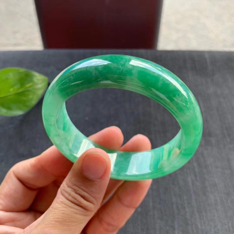 老坑满绿宽版正圈手镯,尺寸57*17*8.5 完美老种,版型宽厚,通透水润,颜色鲜艳,明丽动人,上手