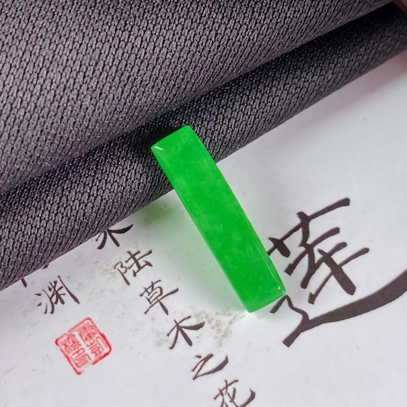 缅甸a货翡翠,水润满绿方形戒面,玉质细腻,颜色艳丽,有种有色,镶嵌效果更佳