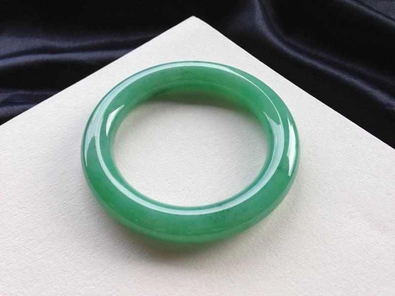 满色圆条手镯,57.7圈口,品质料,玉质水润细腻,满圈色素鲜艳醒目,无纹裂