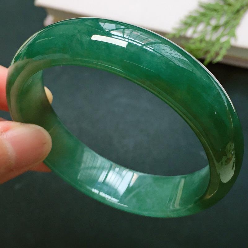 正圈55.5mm,细糯晴绿手镯,底子细腻,色泽浓郁,韵味十足