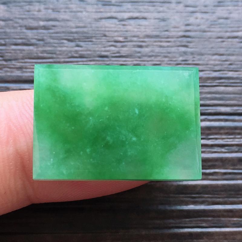 自然光实拍,缅甸a货翡翠,飘绿方形,种好水润就玉质细腻,雕刻精细,饱满品相佳,无孔需镶嵌,