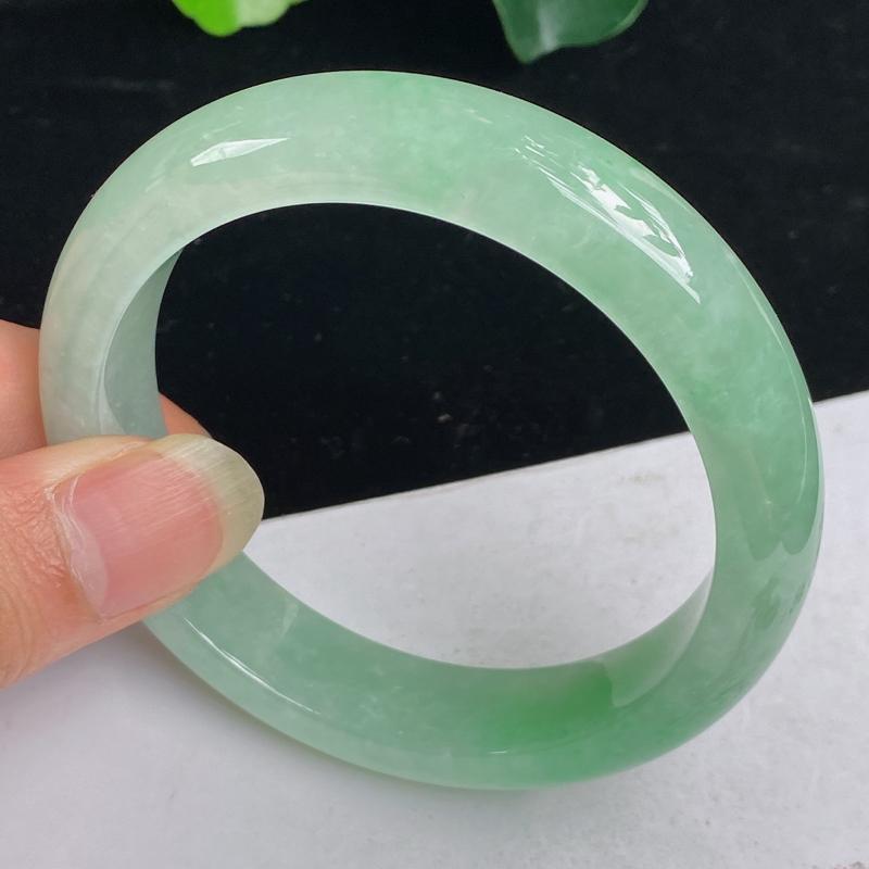 缅甸a货翡翠,水润满色正圈手镯58.7mm 玉质细腻,有种有色,条形大方得体,有种有色,佩戴效果更佳