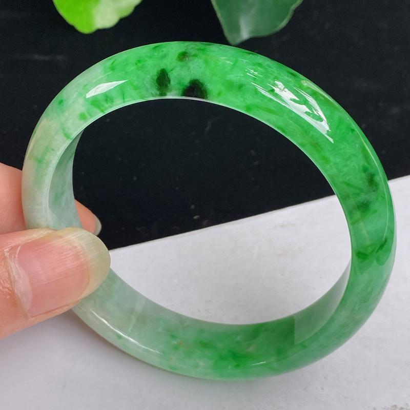 缅甸a货翡翠,水润飘绿正圈手镯59mm 玉质细腻,颜色艳丽,条形大方得体,有种有色,佩戴效果更佳