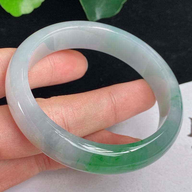 缅甸a货翡翠,水润飘绿正圈手镯54.7mm 玉质细腻,水润飘花,条形大方得体,佩戴效果更好