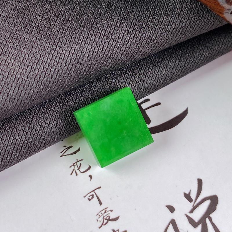 A货翡翠-种好满绿马鞍镶嵌件,尺寸-11.8*11.5*4mm