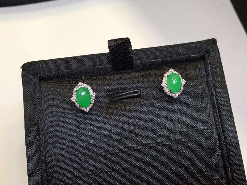 一对阳绿耳钉,完美色阳,底庄细腻,18K金南非真钻镶嵌,性价比高,推荐,尺寸10.8*9*6.8/7