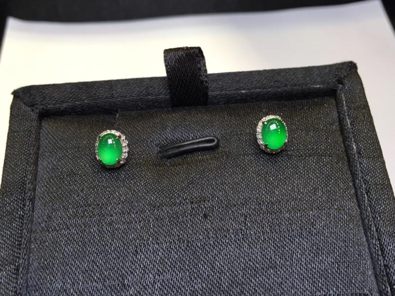 一对阳绿耳钉,底庄细腻,18K金南非真钻镶嵌,有微纹可忽略,性价比高,推荐,尺寸7.6*6.5*5/