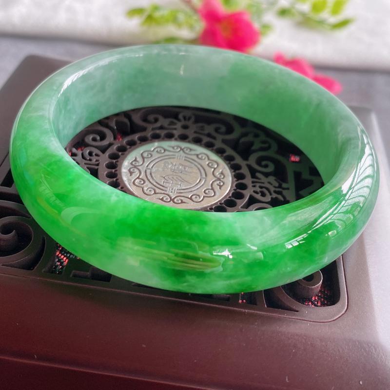 天然翡翠A货,规格59.8/16.2/9.2,老坑种飘绿正圈手镯,颜色非常好看,玉质细腻水润,上手高