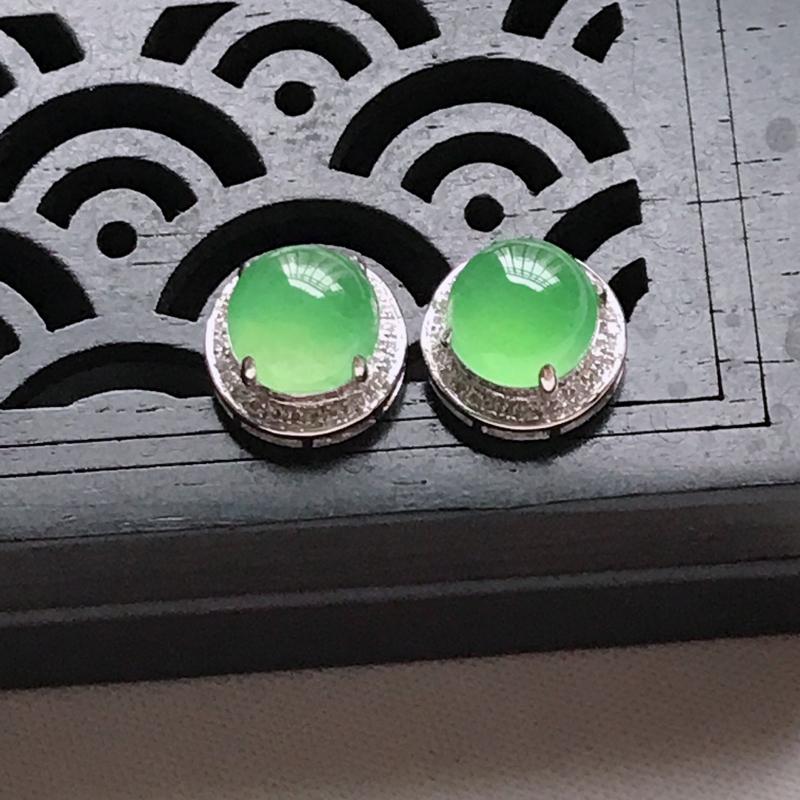 天然翡翠A货,18K金伴钻冰种起光满绿蛋面耳坠,玉质细腻,颜色漂亮,上身高贵上档次,尺寸连金9.6/