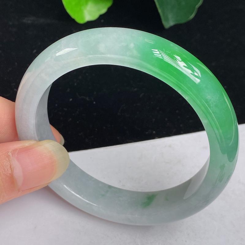 缅甸a货翡翠,水润飘绿正圈手镯59mm 玉质细腻,水润飘绿,条形大方得体,佩戴效果更好