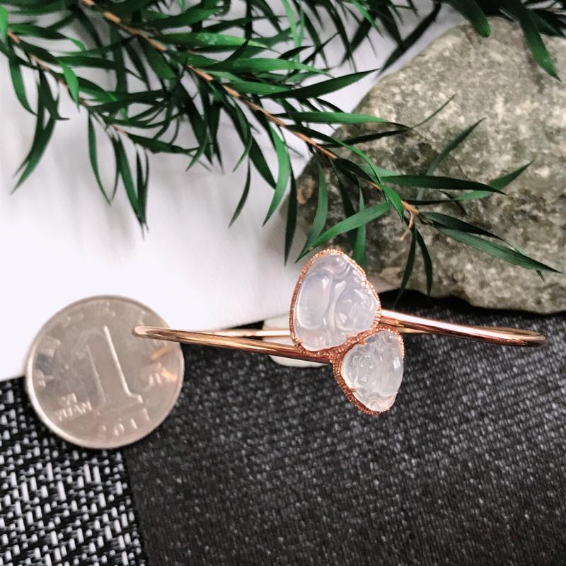 水种好18k金伴钻佛公手镯,尺寸:裸石9.1/11.3/3.0mm,包金:10.4/12.3/5.3mm,活口的