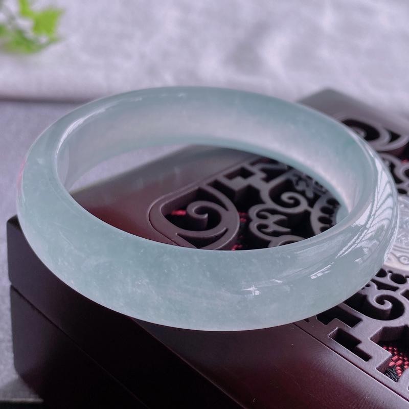 天然翡翠A货,规格52.9/13.2/7.9,老坑种冰透晴水正圈手镯,玉质细腻水润,上手优雅迷人,一