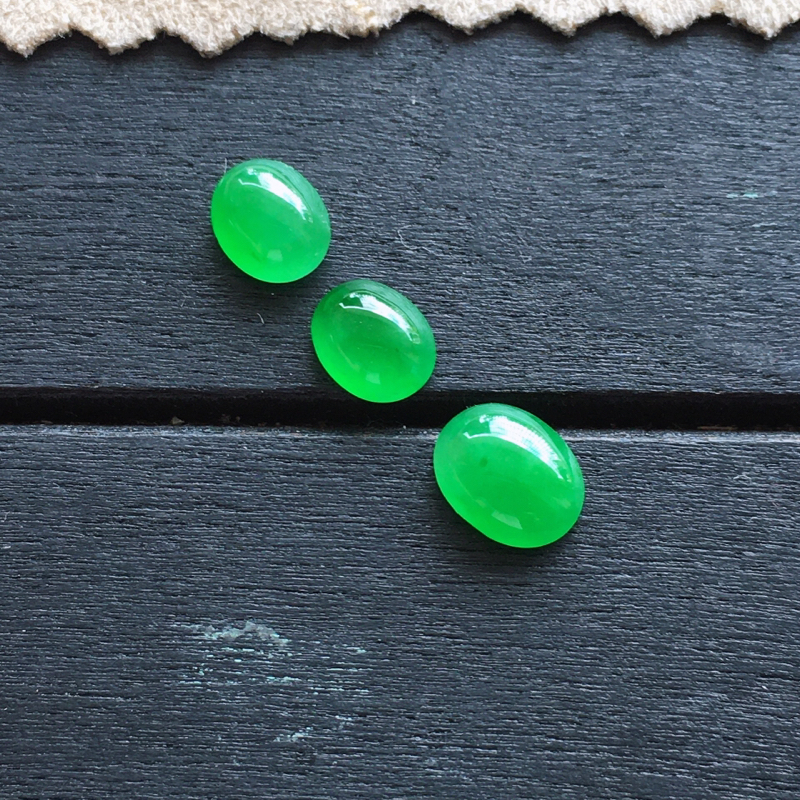 自然光实拍,缅甸a货翡翠,阳绿蛋面3个,种水好,玉质细腻,颜色阳绿,精致迷人,镶嵌佳品7*5.5*3