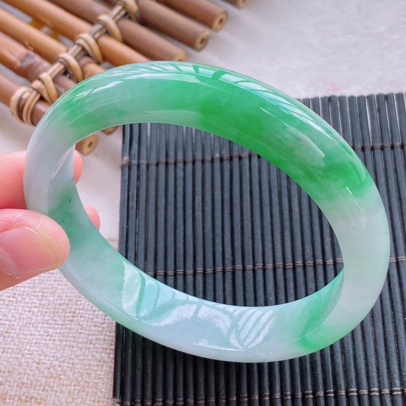 正圈:58.1mm 天然a货飘绿糯化种飘绿正圈翡翠手镯,圈口:58.1/13.0/7.2mm。