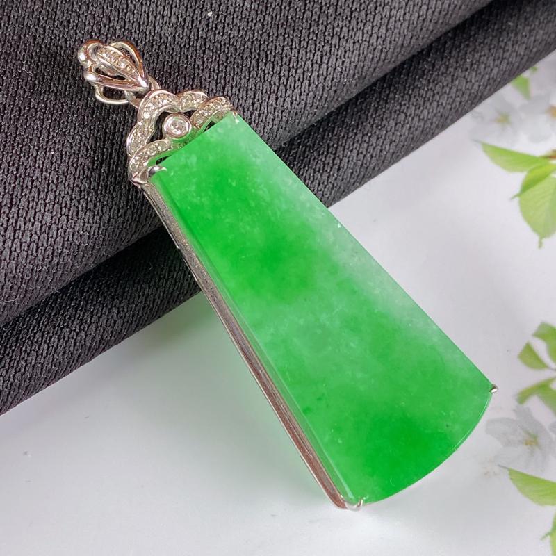 A货翡翠-种好飘绿18K金伴钻素面无事牌,尺寸-裸石33.2*14.9*4.6mm整体47.1*16
