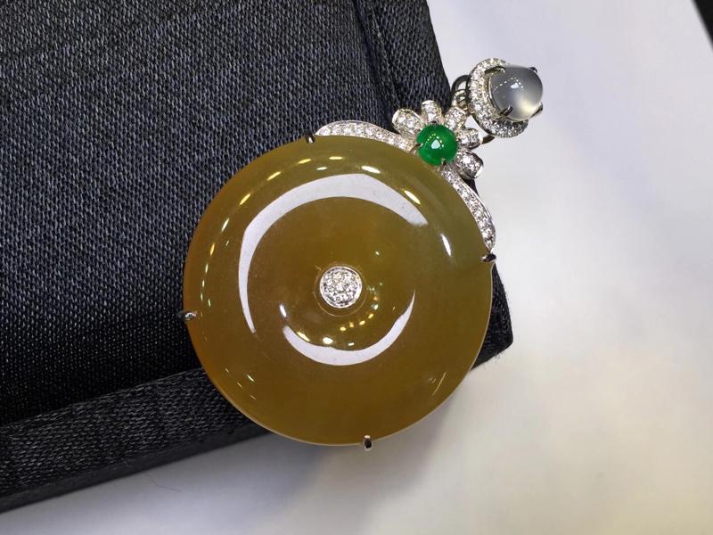 18K金钻石镶嵌冰种黄翡平安扣吊坠,实物完美,颜色均匀,佩镶玻璃种白冰小蛋面,佩戴高端大气,有特色,