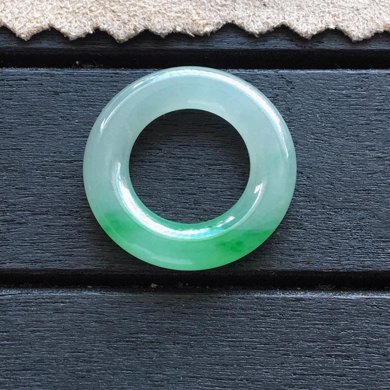 自然光实拍,缅甸a货翡翠,飘阳绿平安环,种水好,玉质细腻,花色翠绿,佩戴佳品