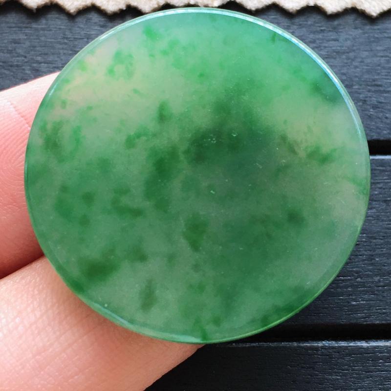 自然光实拍,缅甸a货翡翠,飘绿玉扣,种好通透,花色漂亮,高贵迷人,玉质莹润,品质佳,镶嵌效果更加美