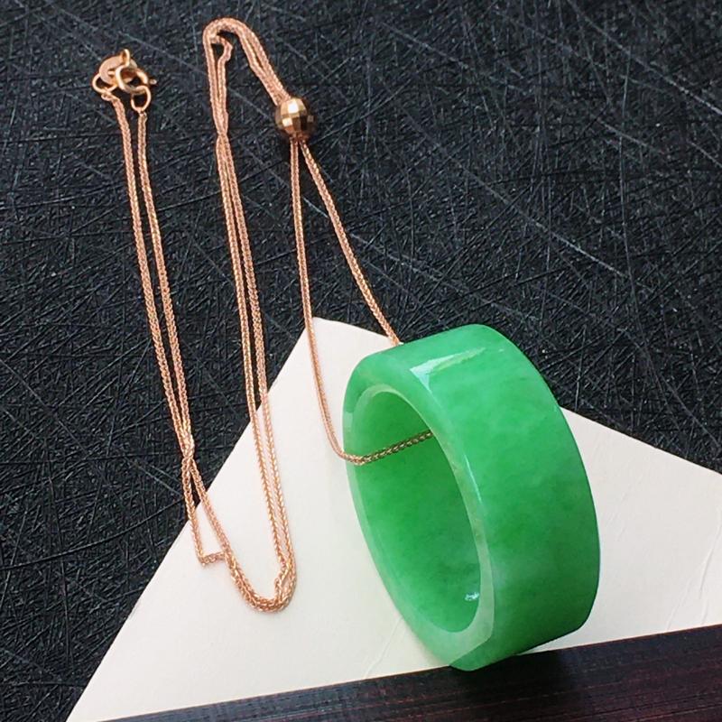 18K金镶翡翠满绿路路通吊坠,种水好玉质细腻温润,颜色漂亮。内径:22.4mm 项链周长:41.5厘