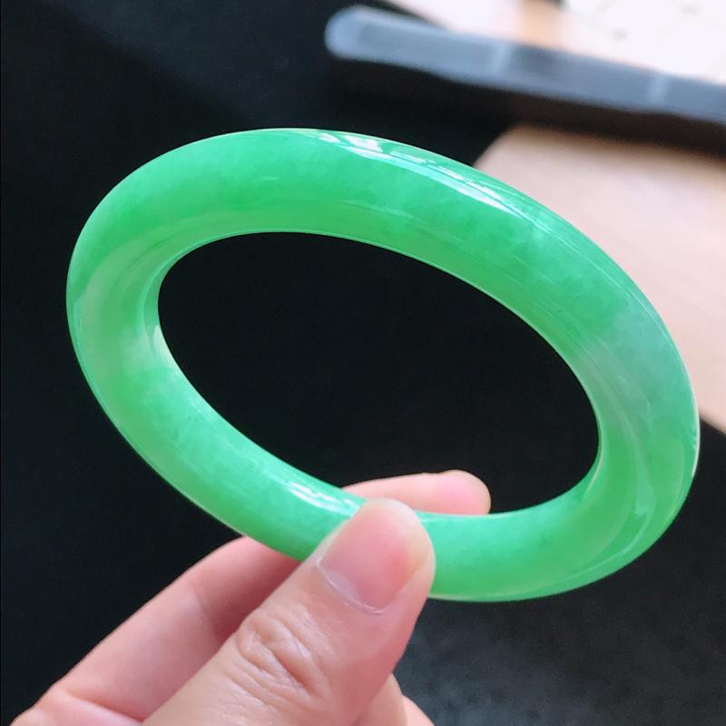 天然翡翠A货,老坑起光满绿圆条手镯,圈口56.0/11.0/11.0,玉质细腻水润,颜色漂亮,上手高