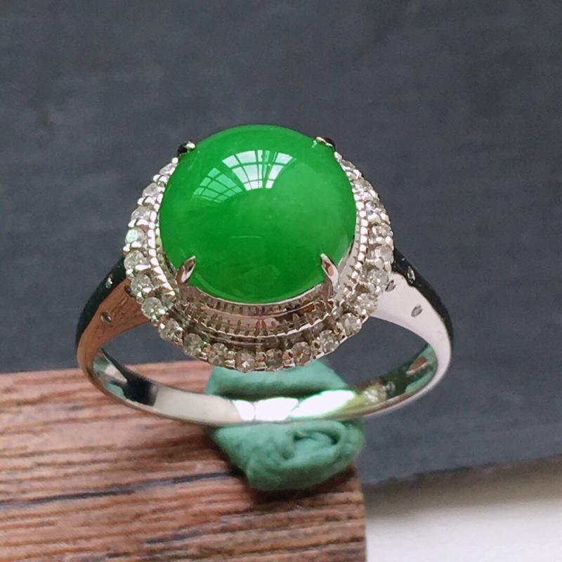 糯化种18K金伴钻满绿色戒指。 缅甸天然翡翠A货. 品相好,料子细腻,雕工精美。内径:18mm.
