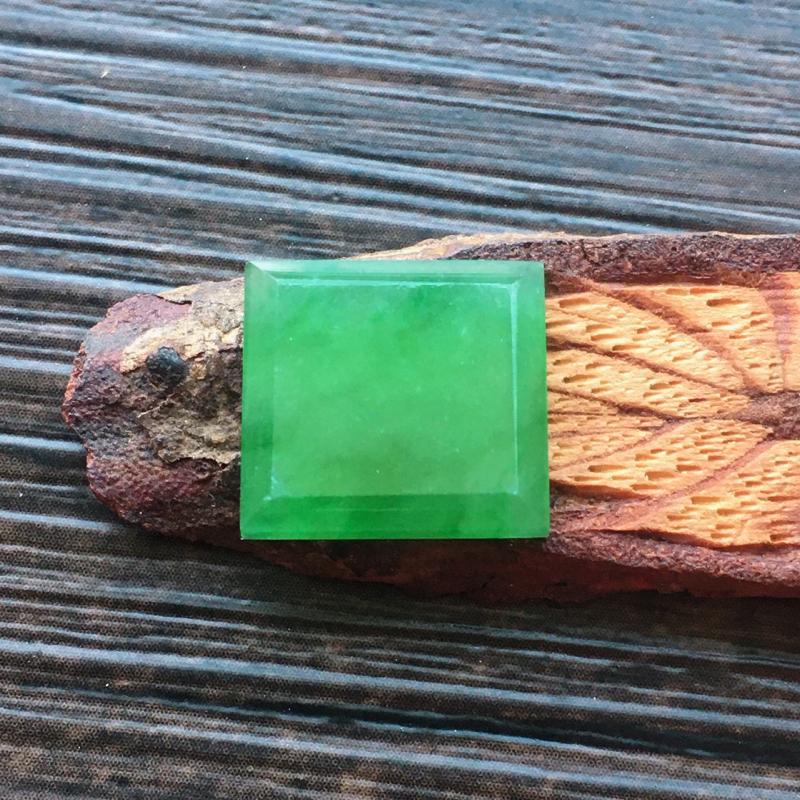 自然光实拍,缅甸a货翡翠,冰种满绿方形戒面,种好通透,水润玉质细腻,雕刻精细,饱满品相佳,需镶嵌,
