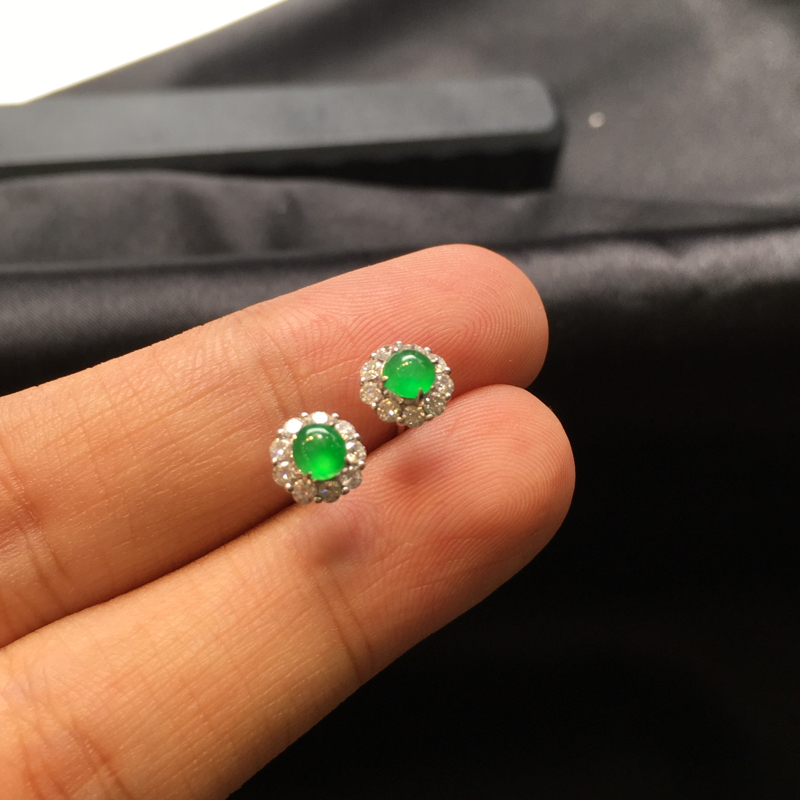一对阳绿耳钉,完美色阳,底庄细腻,18K金南非真钻镶嵌,性价比高,推荐,尺寸6.7*5.5/3.8*