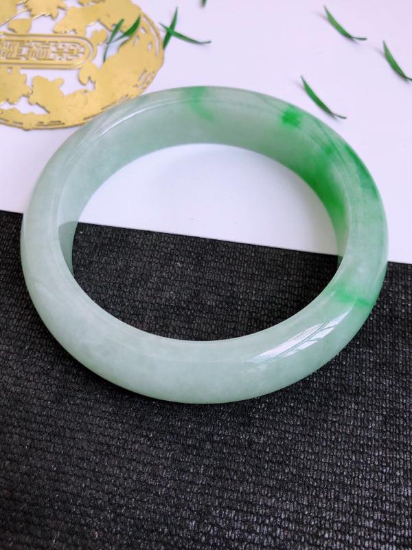 7.8.2/完美圈口:56.5/13.7/8.7mm,飘绿宽边手镯,颜色鲜艳,花色清新艳丽