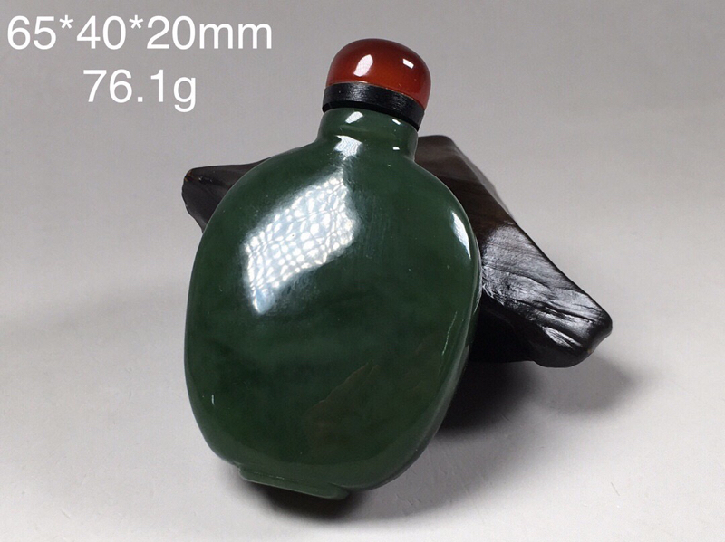 【鼻烟壶】76.1g 和田玉碧玉雕刻鼻烟壶,瓶盖实用玛瑙,颜色均匀,料子正气。玉面光滑,品相好。规格