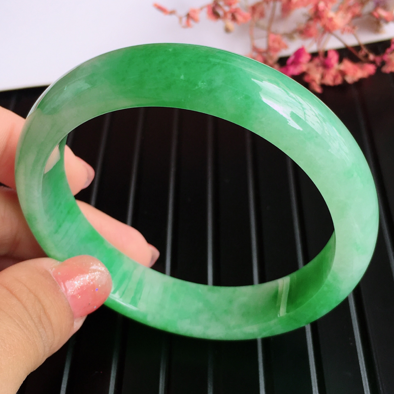 圈口:57.6,天然翡翠A货糯化种飘绿宽边手镯,尺寸:57.6/13.3/7.5mm,玉质细腻,颜色