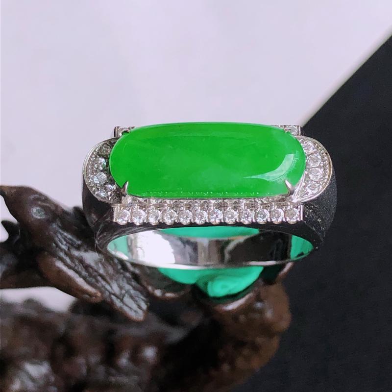 天然a货翡翠满阳绿马鞍18k镶金钻戒指,玉质细腻,颜色阳,含金尺寸:21.2*8.6*6.5mm