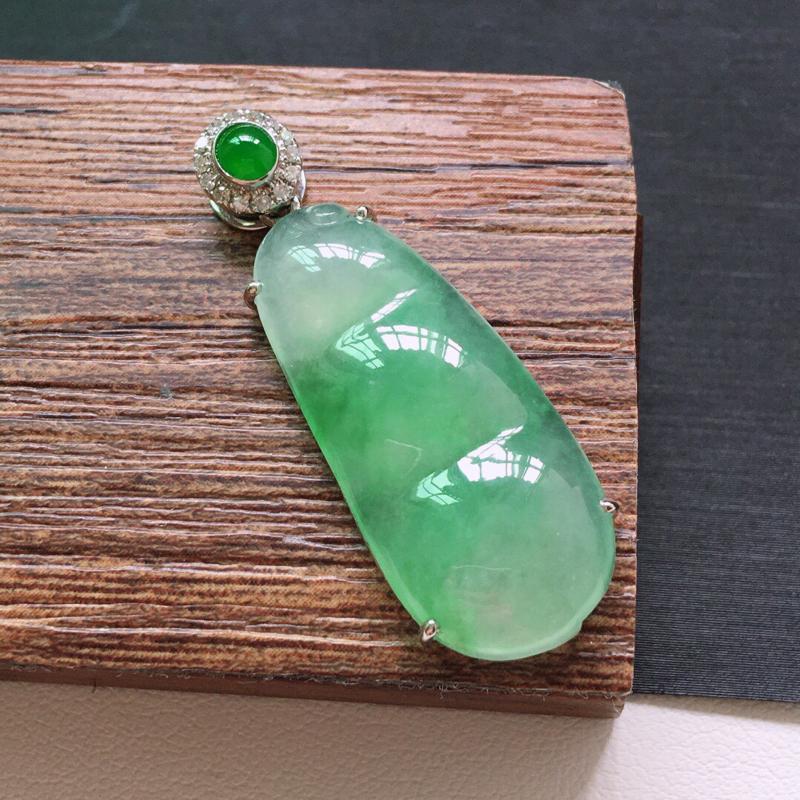 冰糯种18K金伴钻绿色发财豆吊坠。 缅甸天然翡翠A货. 品相好,料子细腻,雕工精美。尺寸:37*12