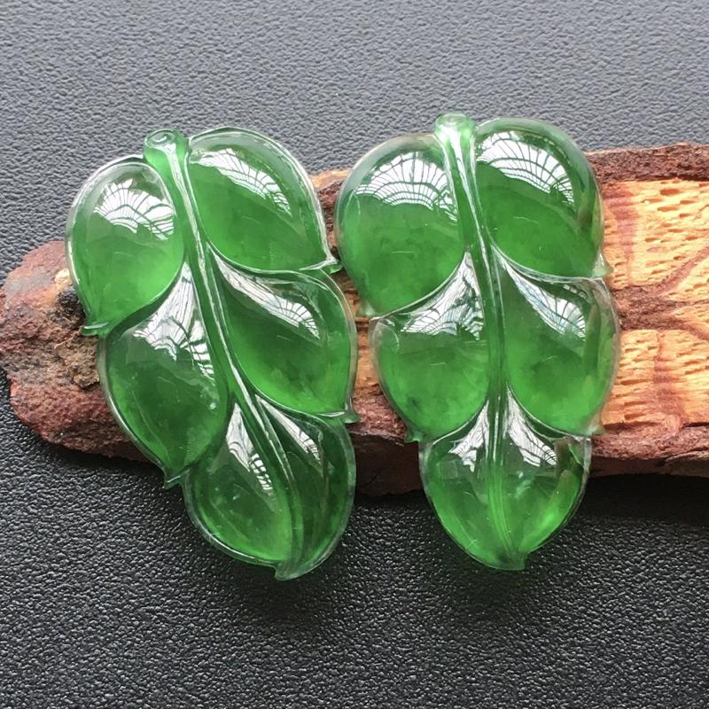 自然光实拍,缅甸a货翡翠,冰种辣绿玉叶一对,种好通透,水润玉质细腻,雕刻精细,饱满品相佳,无孔需镶嵌