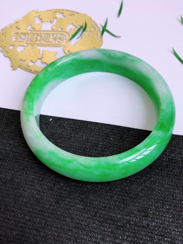 7.8.3/完美圈口:55.7/13.2/7.3mm,飘绿宽边手镯,颜色鲜艳,上手高贵华丽,尽显大家