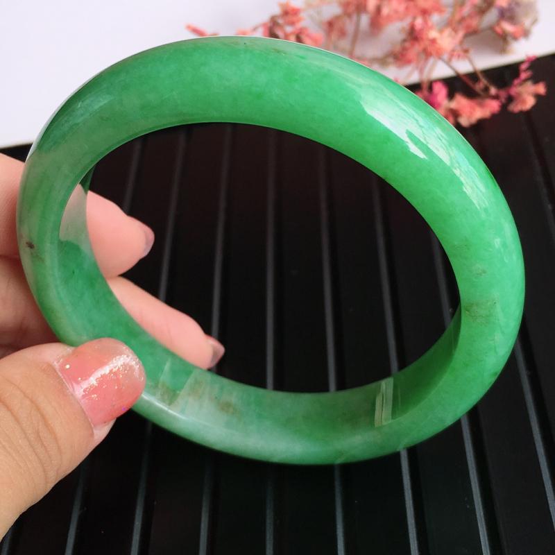 圈口:57.6,天然翡翠A货糯化种满绿宽边手镯,尺寸:57.6/12.6/8.3mm,玉质细腻,上手