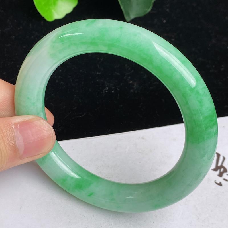 缅甸a货翡翠,水润满绿正圈圆镯58.1mm 玉质细腻,颜色艳丽,圆润饱满,条形大方得体,佩戴效果更好