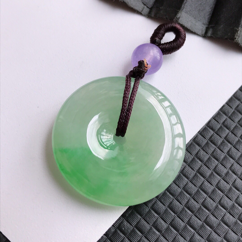 完美飘绿平安扣吊坠,翡翠A货,尺寸:24.6/5mm,顶珠是装饰品