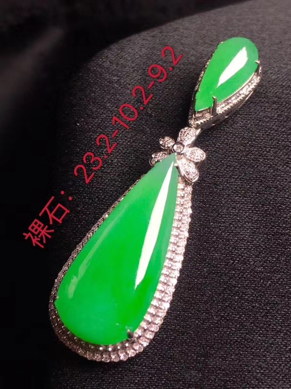 阳绿二合一翡翠吊坠,种老通透,色阳,饱满圆润,性价比高,裸石尺寸:23.2*10.2*3.3整体尺寸