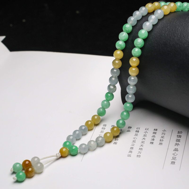 天然翡翠珠链,共115颗珠子,取其中一颗珠尺寸大约6.6mm,清秀高雅,玉质莹润,实物漂亮。佩戴效