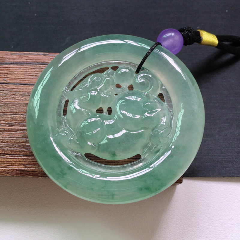 冰糯种起光满绿色招财貔貅吊坠。 缅甸天然翡翠A货. 品相好,料子细腻,雕工精美。顶珠是装饰品。  尺