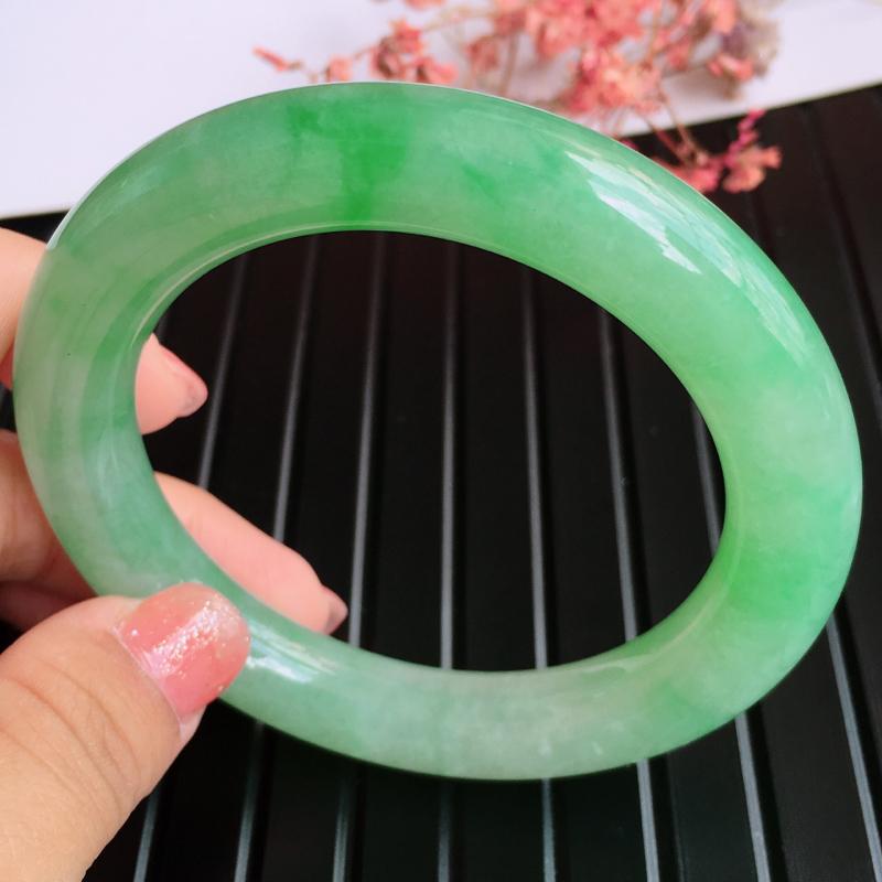圈口:56.9,天然翡翠A货糯化种浅绿圆条手镯,尺寸:56.9/11.6/11.6mm,玉质细腻,上
