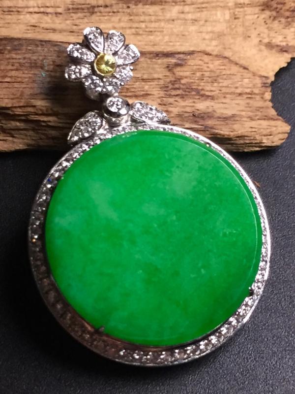 阳绿平安扣吊坠,18k真金真钻镶嵌,完美,种水超好,玉质细腻。